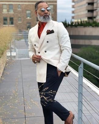 Weißes Zweireiher-Sakko kombinieren: trends 2020: Kombinieren Sie ein weißes Zweireiher-Sakko mit einer dunkelblauen gepunkteten Chinohose, um einen eleganten, aber nicht zu festlichen Look zu kreieren. Fühlen Sie sich ideenreich? Ergänzen Sie Ihr Outfit mit braunen geflochtenen Leder Derby Schuhen.