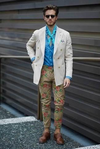 Weißes Zweireiher-Sakko kombinieren: trends 2020: Paaren Sie ein weißes Zweireiher-Sakko mit einer beige bedruckten Chinohose, wenn Sie einen gepflegten und stylischen Look wollen. Fühlen Sie sich ideenreich? Ergänzen Sie Ihr Outfit mit braunen Leder Derby Schuhen.