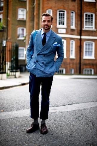 Hellblaues Einstecktuch kombinieren: trends 2020: Vereinigen Sie ein blaues Zweireiher-Sakko mit einem hellblauen Einstecktuch für ein großartiges Wochenend-Outfit. Dunkelrote Leder Derby Schuhe putzen umgehend selbst den bequemsten Look heraus.