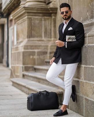 Herren Outfits & Modetrends 2020: Kombinieren Sie ein schwarzes Zweireiher-Sakko mit einer weißen Chinohose, wenn Sie einen gepflegten und stylischen Look wollen. Fügen Sie schwarze Leder Slipper mit Quasten für ein unmittelbares Style-Upgrade zu Ihrem Look hinzu.