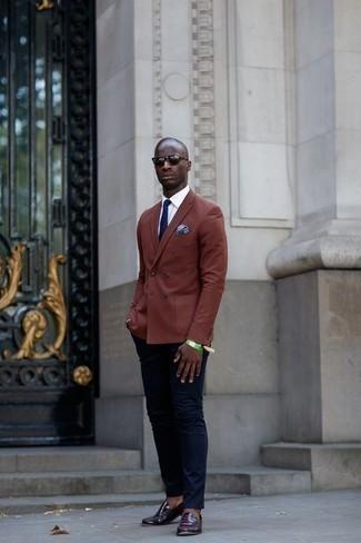 Hellblaues bedrucktes Einstecktuch kombinieren: trends 2020: Kombinieren Sie ein braunes Zweireiher-Sakko mit einem hellblauen bedruckten Einstecktuch für ein großartiges Wochenend-Outfit. Fühlen Sie sich ideenreich? Vervollständigen Sie Ihr Outfit mit dunkellila Leder Slippern.