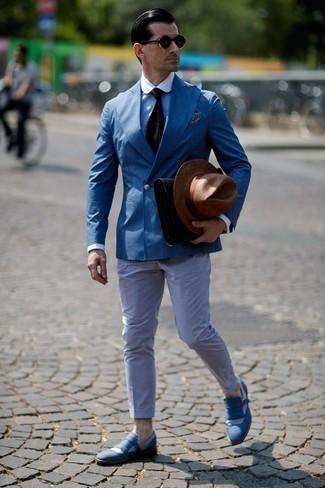Dunkelbraune Krawatte kombinieren: trends 2020: Vereinigen Sie ein blaues Zweireiher-Sakko mit einer dunkelbraunen Krawatte für einen stilvollen, eleganten Look. Wenn Sie nicht durch und durch formal auftreten möchten, vervollständigen Sie Ihr Outfit mit blauen Segeltuch Slippern mit Fransen.