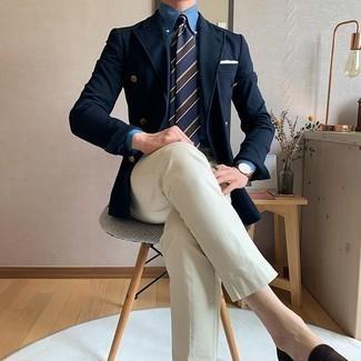 Hellbeige Chinohose kombinieren – 1200+ Herren Outfits: Kombinieren Sie ein dunkelblaues Zweireiher-Sakko mit einer hellbeige Chinohose, um einen eleganten, aber nicht zu festlichen Look zu kreieren. Fühlen Sie sich mutig? Vervollständigen Sie Ihr Outfit mit dunkelbraunen Wildleder Slippern.
