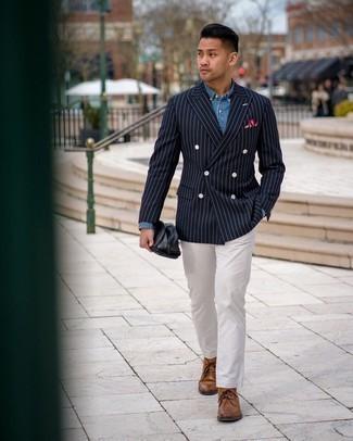 Weiße Chinohose kombinieren – 1200+ Herren Outfits: Vereinigen Sie ein dunkelblaues vertikal gestreiftes Zweireiher-Sakko mit einer weißen Chinohose, wenn Sie einen gepflegten und stylischen Look wollen. Fühlen Sie sich mutig? Komplettieren Sie Ihr Outfit mit braunen Chukka-Stiefeln aus Leder.