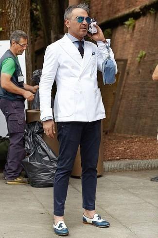 Dunkelblaue Chinohose kombinieren – 1200+ Herren Outfits: Entscheiden Sie sich für ein weißes Zweireiher-Sakko und eine dunkelblaue Chinohose für Ihren Bürojob. Vervollständigen Sie Ihr Outfit mit dunkelblauen Leder Slippern mit Quasten, um Ihr Modebewusstsein zu zeigen.