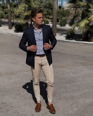 Dunkelbraunen Ledergürtel kombinieren – 500+ Herren Outfits: Vereinigen Sie ein dunkelblaues Zweireiher-Sakko mit einem dunkelbraunen Ledergürtel für einen bequemen Alltags-Look. Schalten Sie Ihren Kleidungsbestienmodus an und machen braunen Leder Slipper zu Ihrer Schuhwerkwahl.