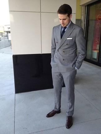 Businesshemd kombinieren: trends 2020: Etwas Einfaches wie die Wahl von einem Businesshemd und einem grauen Zweireiher-Sakko kann Sie von der Menge abheben. Wählen Sie die legere Option mit dunkelbraunen Leder Derby Schuhen.