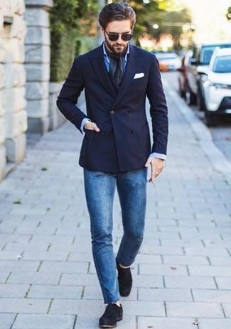 Wie kombinieren: dunkelblaues Zweireiher-Sakko, blaues Businesshemd, blaue enge Jeans, schwarze Wildleder Derby Schuhe