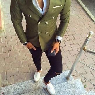 Schwarze enge Jeans mit Destroyed-Effekten kombinieren: trends 2020: Kombinieren Sie ein olivgrünes Zweireiher-Sakko mit schwarzen engen Jeans mit Destroyed-Effekten für einen bequemen Alltags-Look. Machen Sie Ihr Outfit mit weißen Leder Slippern mit Quasten eleganter.