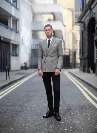 Graues Zweireiher-Sakko mit Schottenmuster kombinieren: trends 2020: Kombinieren Sie ein graues Zweireiher-Sakko mit Schottenmuster mit schwarzen engen Jeans für ein Alltagsoutfit, das Charakter und Persönlichkeit ausstrahlt. Vervollständigen Sie Ihr Outfit mit schwarzen Leder Derby Schuhen, um Ihr Modebewusstsein zu zeigen.