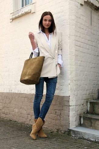 Wie kombinieren: hellbeige Zweireiher-Sakko, weißes Businesshemd, dunkelblaue enge Jeans, beige Wildleder Stiefeletten