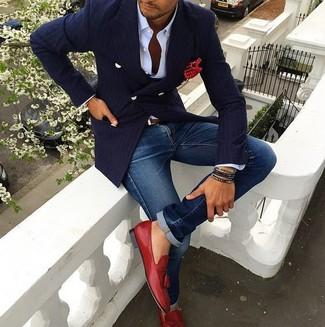 Wie kombinieren: dunkelblaues vertikal gestreiftes Zweireiher-Sakko, weißes Businesshemd, blaue Jeans, rote Leder Slipper mit Quasten