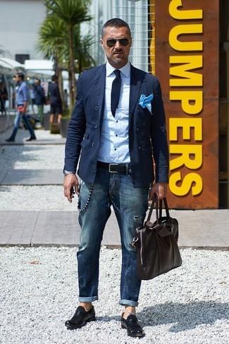 Wie kombinieren: dunkelblaues Zweireiher-Sakko aus Baumwolle, weißes Businesshemd, dunkelblaue Jeans, schwarze Leder Slipper
