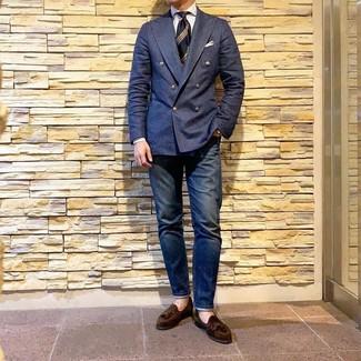 Wie kombinieren: dunkelblaues Zweireiher-Sakko, weißes vertikal gestreiftes Businesshemd, dunkelblaue Jeans, dunkelbraune Wildleder Slipper mit Quasten