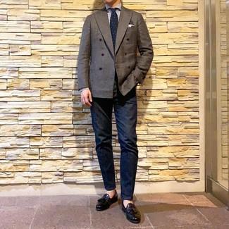 Wie kombinieren: dunkelbraunes Zweireiher-Sakko, weißes und blaues vertikal gestreiftes Businesshemd, dunkelblaue Jeans, schwarze Leder Slipper mit Quasten
