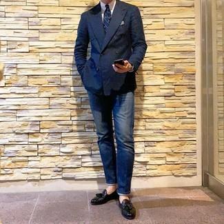 Wie kombinieren: dunkelblaues Zweireiher-Sakko, weißes Businesshemd, dunkelblaue Jeans, schwarze Leder Slipper mit Quasten