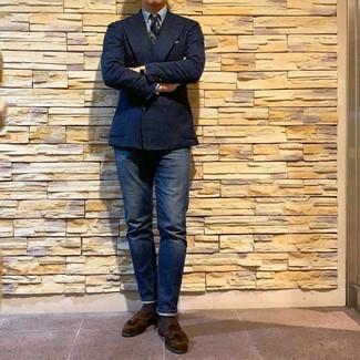 Wie kombinieren: dunkelblaues Zweireiher-Sakko, hellblaues Businesshemd, dunkelblaue Jeans, dunkelbraune Wildleder Slipper mit Quasten