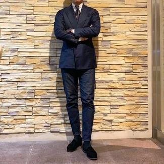 Wie kombinieren: dunkelblaues Zweireiher-Sakko, weißes Businesshemd, dunkelblaue Jeans, schwarze Wildleder Slipper