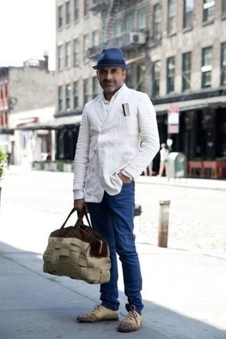 Mode für Herren ab 40 2020: Entscheiden Sie sich für ein weißes Zweireiher-Sakko und blauen Jeans für einen für die Arbeit geeigneten Look. Heben Sie dieses Ensemble mit hellbeige Leder Oxford Schuhen hervor.