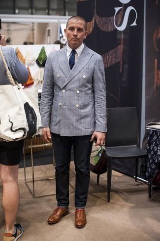 Herren Outfits & Modetrends 2020 für Sommer: Kombinieren Sie ein hellblaues Zweireiher-Sakko mit dunkelgrauen Jeans, um einen eleganten, aber nicht zu festlichen Look zu kreieren. Fühlen Sie sich ideenreich? Ergänzen Sie Ihr Outfit mit beige Leder Oxford Schuhen. So einfach kann ein trendiger Sommer-Look sein.