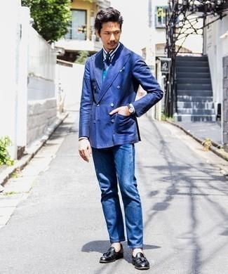 Weißes und dunkelblaues vertikal gestreiftes Businesshemd kombinieren: trends 2020: Kombinieren Sie ein weißes und dunkelblaues vertikal gestreiftes Businesshemd mit blauen Jeans für einen für die Arbeit geeigneten Look. Fühlen Sie sich ideenreich? Komplettieren Sie Ihr Outfit mit schwarzen Leder Slippern mit Quasten.