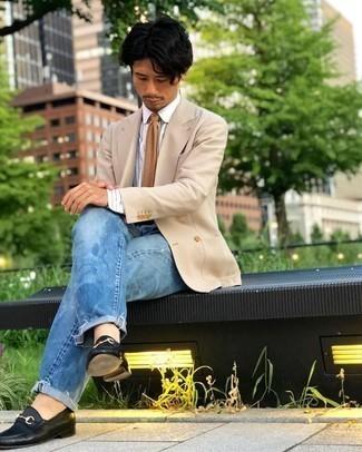 Hellblaue Jeans kombinieren – 500+ Herren Outfits: Kombinieren Sie ein hellbeige Zweireiher-Sakko mit hellblauen Jeans für Drinks nach der Arbeit. Komplettieren Sie Ihr Outfit mit schwarzen Leder Slippern, um Ihr Modebewusstsein zu zeigen.