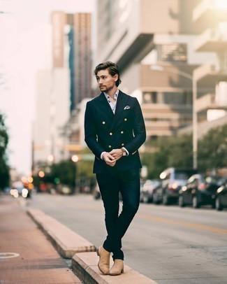 Dunkelblaues Zweireiher-Sakko kombinieren – 500+ Herren Outfits: Ein dunkelblaues Zweireiher-Sakko und dunkelblaue Jeans sind eine großartige Outfit-Formel für Ihre Sammlung. Fügen Sie beige Chelsea Boots aus Wildleder für ein unmittelbares Style-Upgrade zu Ihrem Look hinzu.