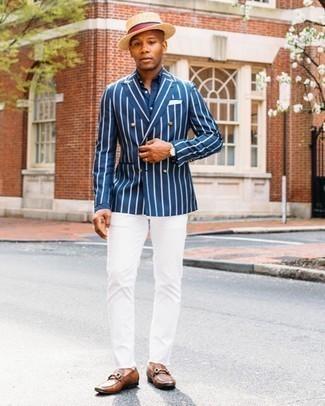 Hellbeige Lederuhr kombinieren – 361 Herren Outfits: Kombinieren Sie ein dunkelblaues und weißes vertikal gestreiftes Zweireiher-Sakko mit einer hellbeige Lederuhr für einen entspannten Wochenend-Look. Fügen Sie braunen Leder Slipper für ein unmittelbares Style-Upgrade zu Ihrem Look hinzu.