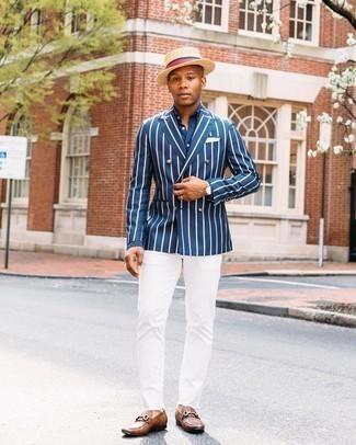 Hellbeige Lederuhr kombinieren – 361 Herren Outfits: Entscheiden Sie sich für Komfort in einem dunkelblauen und weißen vertikal gestreiften Zweireiher-Sakko und einer hellbeige Lederuhr. Wählen Sie braunen Leder Slipper, um Ihr Modebewusstsein zu zeigen.