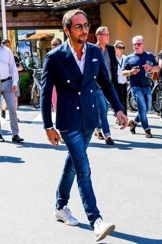 Weiße und grüne Leder niedrige Sneakers kombinieren – 70 Herren Outfits: Kombinieren Sie ein dunkelblaues Zweireiher-Sakko mit dunkelblauen Jeans, um einen modischen Freizeitlook zu kreieren. Fühlen Sie sich ideenreich? Komplettieren Sie Ihr Outfit mit weißen und grünen Leder niedrigen Sneakers.