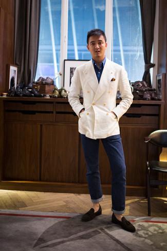 Herren Outfits 2021: Vereinigen Sie ein weißes Leinen Zweireiher-Sakko mit dunkelblauen Jeans für Ihren Bürojob. Fühlen Sie sich ideenreich? Wählen Sie dunkelbraunen Wildleder Slipper mit Quasten.