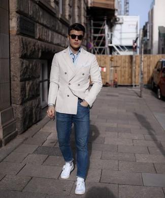 Graue Socken kombinieren – 500+ Herren Outfits: Kombinieren Sie ein hellbeige Zweireiher-Sakko mit grauen Socken für ein Alltagsoutfit, das Charakter und Persönlichkeit ausstrahlt. Dieses Outfit passt hervorragend zusammen mit weißen Segeltuch niedrigen Sneakers.