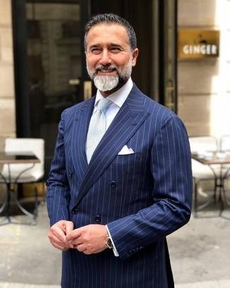 Wie kombinieren: dunkelblaues vertikal gestreiftes Zweireiher-Sakko, weißes Businesshemd, hellblaue gepunktete Krawatte, weißes Einstecktuch