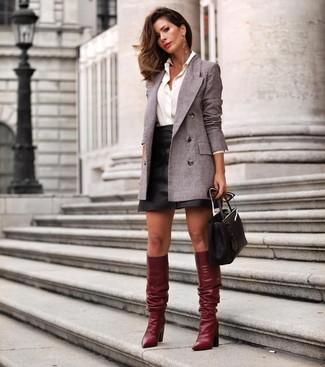Dunkelrote kniehohe Stiefel aus Leder kombinieren – 23 Damen Outfits: Entscheiden Sie sich für ein graues Zweireiher-Sakko und einen schwarzen Leder Minirock, um einen super entspannten aber stilsicheren Look zu zaubern. Machen Sie Ihr Outfit mit dunkelroten kniehohe Stiefeln aus Leder eleganter.