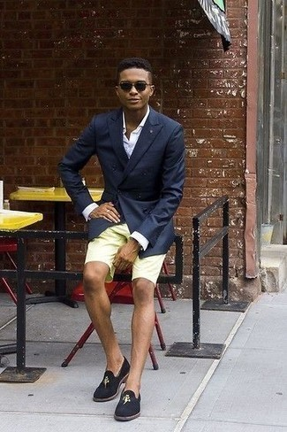 Dunkelblaue bestickte Samt Slipper kombinieren – 2 Herren Outfits: Entscheiden Sie sich für ein dunkelblaues Zweireiher-Sakko und gelbgrünen Shorts für einen für die Arbeit geeigneten Look. Fühlen Sie sich ideenreich? Komplettieren Sie Ihr Outfit mit dunkelblauen bestickten Samt Slippern.