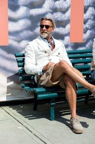 Weißes Zweireiher-Sakko kombinieren – 56 Herren Outfits: Entscheiden Sie sich für ein weißes Zweireiher-Sakko und hellbeige Shorts, um einen eleganten, aber nicht zu festlichen Look zu kreieren. Setzen Sie bei den Schuhen auf die klassische Variante mit grauen Wildleder Brogues.