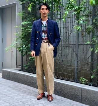 Dunkelblaues Zweireiher-Sakko kombinieren – 500+ Herren Outfits: Kombinieren Sie ein dunkelblaues Zweireiher-Sakko mit einer beige Chinohose für Drinks nach der Arbeit. Fühlen Sie sich ideenreich? Entscheiden Sie sich für braunen geflochtenen Leder Slipper.