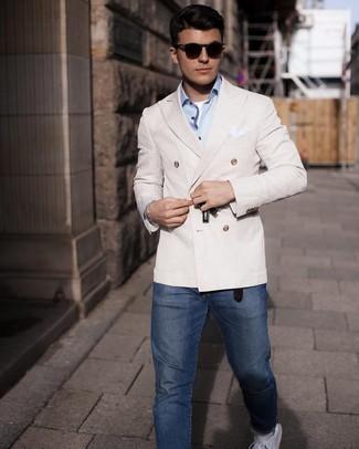 Turnschuhe kombinieren – 500+ Herren Outfits: Paaren Sie ein hellbeige Zweireiher-Sakko mit dunkelblauen Jeans, wenn Sie einen gepflegten und stylischen Look wollen. Bringen Sie die Dinge durcheinander, indem Sie Turnschuhe mit diesem Outfit tragen.