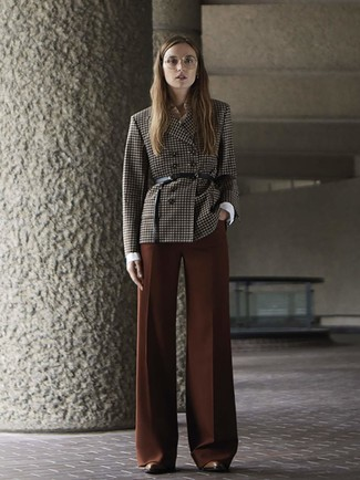 Braune Leder Stiefeletten kombinieren – 173 Damen Outfits: Diese Paarung aus einem dunkelbraunen Zweireiher-Sakko mit Karomuster und einer braunen weiter Hose ist ideal alltagstauglich. Braune Leder Stiefeletten sind eine gute Wahl, um dieses Outfit zu vervollständigen.