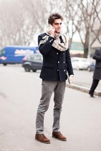 Wie kombinieren: dunkelblaues Zweireiher-Sakko, graue Anzughose, braune Wildlederfreizeitstiefel, hellbeige Schal mit Schottenmuster