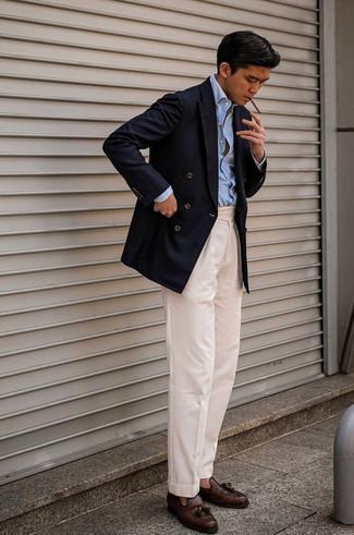 Dunkelblaues Zweireiher-Sakko kombinieren – 500+ Herren Outfits: Tragen Sie ein dunkelblaues Zweireiher-Sakko und eine hellbeige Anzughose für einen stilvollen, eleganten Look. Suchen Sie nach leichtem Schuhwerk? Komplettieren Sie Ihr Outfit mit dunkelbraunen Leder Slippern mit Quasten für den Tag.