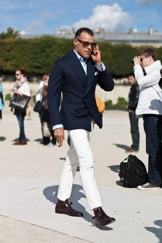 George Cortina trägt dunkelblaues Zweireiher-Sakko, hellblaues Businesshemd, weiße Chinohose, dunkelbraune Doppelmonks aus Leder
