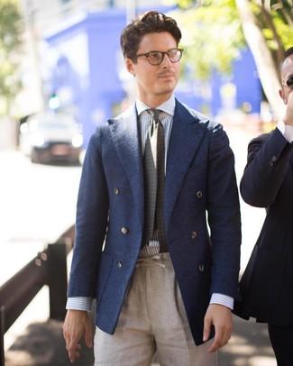 Wie kombinieren: dunkelblaues Wollzweireiher-sakko, weißes und blaues vertikal gestreiftes Businesshemd, hellbeige Leinen Anzughose, olivgrüne bedruckte Krawatte
