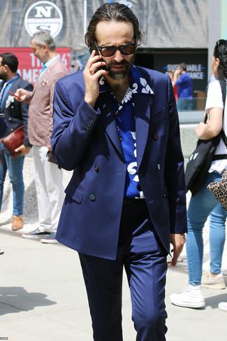 Wie kombinieren: dunkelblaues Zweireiher-Sakko, blaues bedrucktes Kurzarmhemd, dunkelblaue Anzughose, dunkelbraune Sonnenbrille