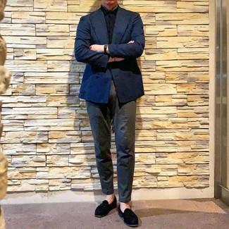 Wie kombinieren: dunkelblaues Zweireiher-Sakko, schwarzes Kurzarmhemd, dunkelgraue Chinohose, schwarze Wildleder Slipper mit Quasten