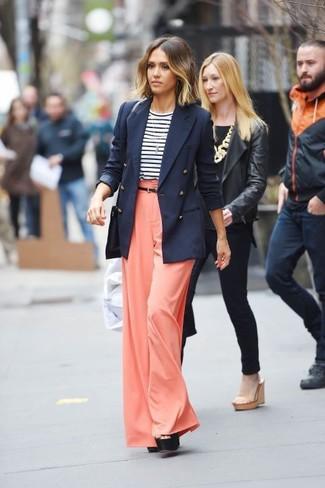 Jessica Alba trägt Dunkelblaues Zweireiher Sakko, Weißes und dunkelblaues horizontal gestreiftes Langarmshirt, Orange Weite Hose, Schwarze klobige Leder Sandaletten