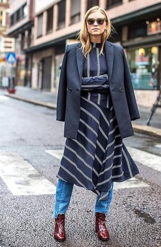 Wie kombinieren: dunkelblaues Zweireiher-Sakko, dunkelblaues und weißes horizontal gestreiftes Midikleid, hellblaue Jeans, dunkelrote Leder Stiefeletten