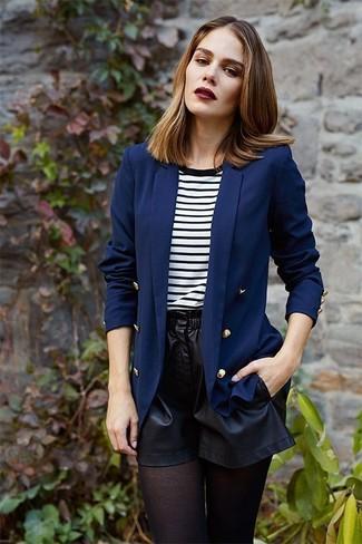 Wie kombinieren: dunkelblaues Zweireiher-Sakko, weißes und schwarzes horizontal gestreiftes T-Shirt mit einem Rundhalsausschnitt, schwarze Ledershorts, schwarze Strumpfhose