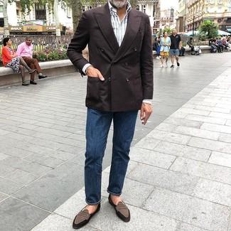 Weißes vertikal gestreiftes Langarmhemd kombinieren: Tragen Sie ein weißes vertikal gestreiftes Langarmhemd und dunkelblauen Jeans für ein sonntägliches Mittagessen mit Freunden. Fühlen Sie sich ideenreich? Komplettieren Sie Ihr Outfit mit braunen Wildleder Slippern.