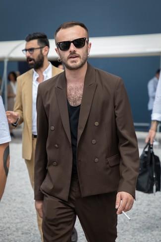 Wie kombinieren: dunkelbraunes Zweireiher-Sakko, schwarzes T-Shirt mit einem Rundhalsausschnitt, dunkelbraune Anzughose, schwarze Sonnenbrille